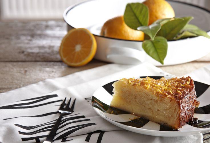 Ζουμερή, χρυσαφένια και μοσχοβολιστή, αυτή η πορτοκαλόπιτα είναι ο ιδανικός τρόπος να ολοκληρώσετε ένα όμορφο γεύμα.