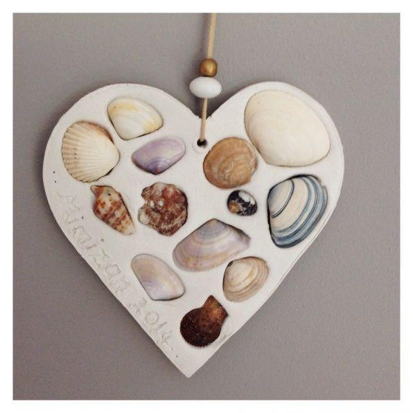 Midden groot hart van klei met schelpen kralen parels die je erin drukt, gaatje voor het touw waar je een paar kraaltjes doorheen haalt en zet aan de zijkant je naam