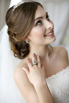 Картинки по запросу прическа для невесты с фатой фото