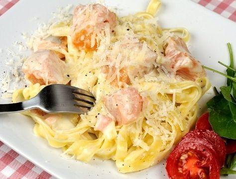 Laxsås till pasta. En god, snabb och enkel pastasås med lax, grädde och vitt vin. Hemgjord laxsås till pasta som tagliatelle, penne, skruvar eller spagetti. G