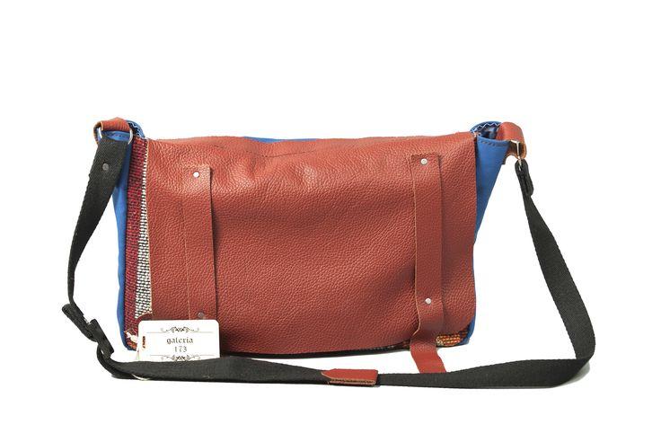 "geanta ""Traditionala"" lucrata manual .Confectionata din material textil si piele ,pret 380lei"