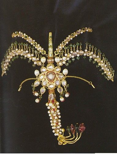 Ottoman crest, 18th century, gold, diamonds, emeralds, rubies, pearls. Part of a bride's jewelry. - Topkapi Palace Museum
