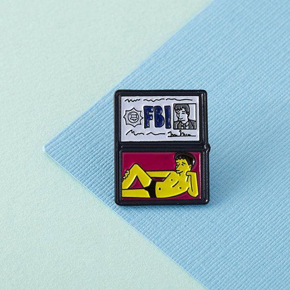 FBI Mulder pin de esmalte suave, con el embrague de la mariposa en el reverso.  Teeny para adornar tu bolsa, solapa, bolsillo o lo que te apetece. Mano diseñado aquí en el Reino Unido y fabricado en exclusiva cantidades bajas.  Este pin mide 25mm de alto y está hecho de precioso esmalte suave para un acabado resistente.