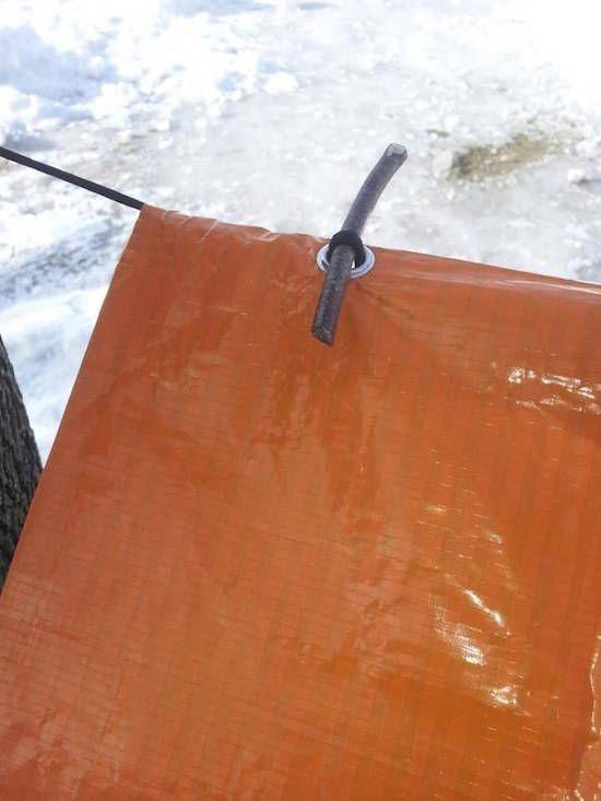 Avec des petits bouts de tube en caoutchouc, vous pouvez suspendre votre bâche en plastique sans perdre de temps à l'enfiler !