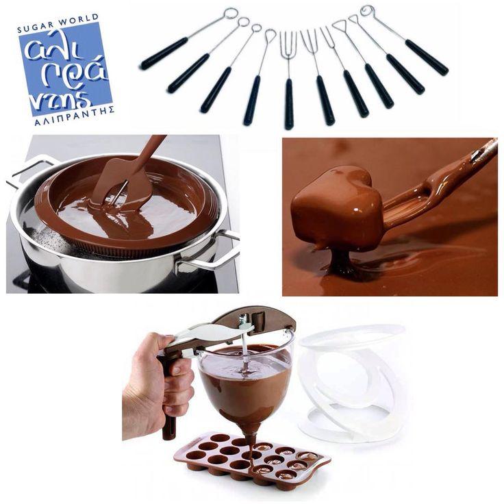 Όλα τα απαραίτητα για σοκολατένιες δημιουργίες φυσικά και θα τα βρείτε στη Sugarworld Αλιπράντης! Εργαλεία για σοκολάτα κωδικός 022.91.023 Σπάτουλα σιλικόνης με θερμόμετρο κωδικός 022.01.273 Δοχείο σιλικόνης με καπάκι κωδικός 022.85.010 Αναδευτήρας σοκολάτας κωδικός 022.06.050 Αναζητήστε και τις φόρμες για πρωτότυπα σοκολατένια σχέδια