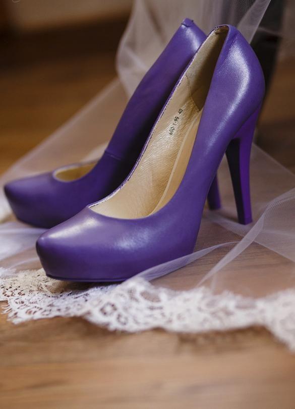 Design Hochzeiten by Nicole Seelbinder | Ella & Norman I Hochzeitsschuhe in lila