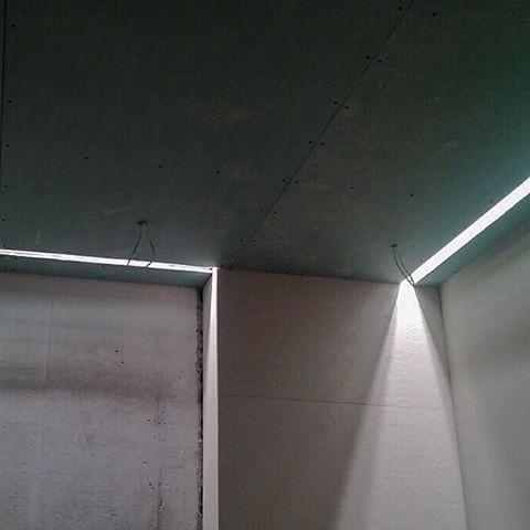 Стройка движется)) проверка и подключение светодиодных встраиваемых светильников в хозяйском санузле 👌Система с алюминиевым профилем #modalight встроена в потолок с заглублением. #stepanova_pro #стройка #надзор #авторскийнадзор #centrsvet #светодиоды #light #светодиод #свет #led