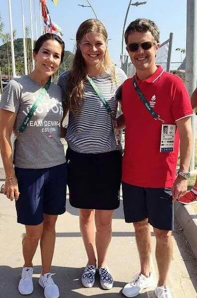 Kronprinseparret var fredag på besøg i OL-byen.  Danmarks Kronprinspar hoppede på cyklerne rundt i OL byen, hvor de besøgte både de danske og australske atleter