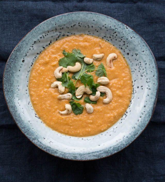 Min mors allerbedste opskrift på blomkålssuppe. Suppen er med kokosmælk, karrypasta, tomatpuré og er toppet med ristede cashewnødder (vegansk)