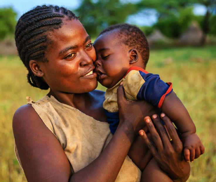 In Ethiopië krijgen de baby's niet direct een eigen naam. Alle jongens noemen ze eerst Mammush en alle meisjes Nfiffli. Familienamen zoals bij ons komen niet voor. De eigen naam die de kinderen tijdens de doop krijgen wordt gecombineerd met de voornaam van hun vader.  Dus als jouw naam 'Liesbeth' is en je vadersnaam is 'Marcel' dan heet je Liesbeth Marcel.