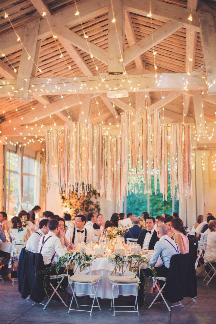 mit Bänder und Lichterketten dekorierter Hochzeitssaal