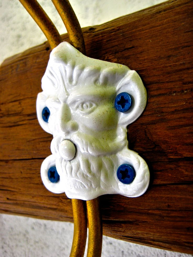 Lions Coat Rack - Appendiabiti Cuor di Leone  Un appendiabiti realizzato in legno riciclato con l'utilizzo di pioli recuperati degli anni '50.   Ho voluto unire materiali di recupero e vintage con colori moderni e vivi per dare un'immagine più moderna al prodotto che varia da pezzo a pezzo. https://www.etsy.com/it/listing/468185273/appendiabiti-attaccapanni-coat-rack?ref=related-2