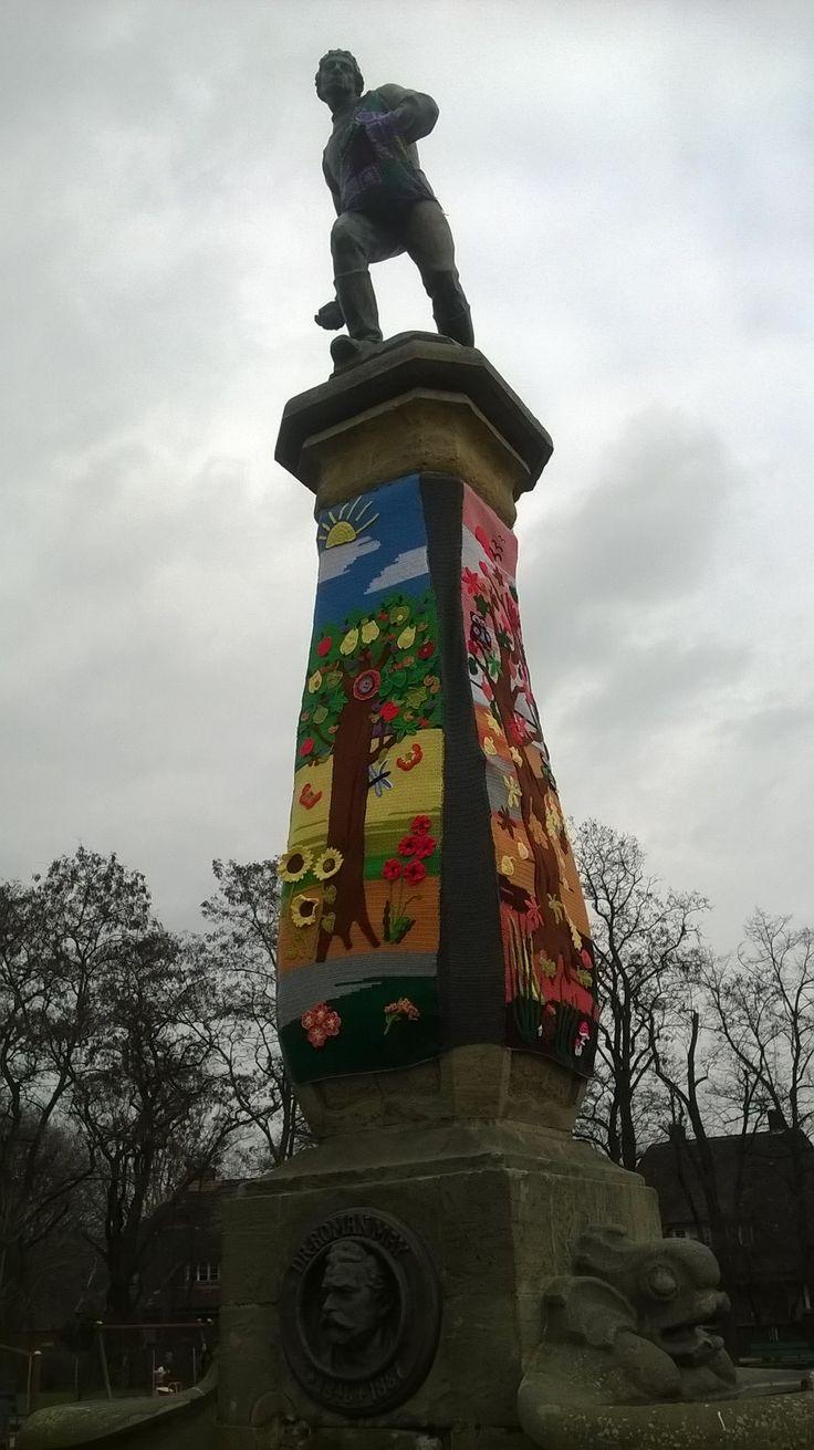 Yarnbombing Polska. Pomnik Siewcy w Luboniu. Wykonanie: Nieformalna Grupa FANABERIE z Lubonia