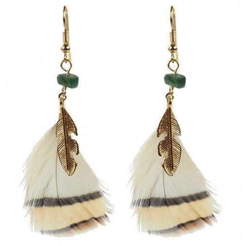 Niet 1, maar 2 paar veren oorbellen! Gouden oorbellen met witte veren hangers die overlopen in bruine en beige strepen aan de onderkant. Bovenaan zitten groene steentjes. Het andere paar oorbellen zijn gouden hangers in de vorm van veren. Bovenaan zitten