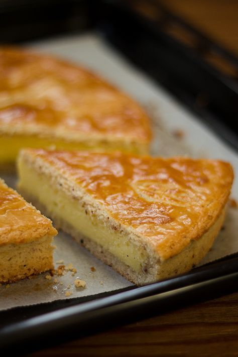 Le gateau basque, un friabile guscio di frolla burrosa alle mandorle, ripiena di compatta ma morbida crema pasticcera, un dolce francese sulle nostre tavole