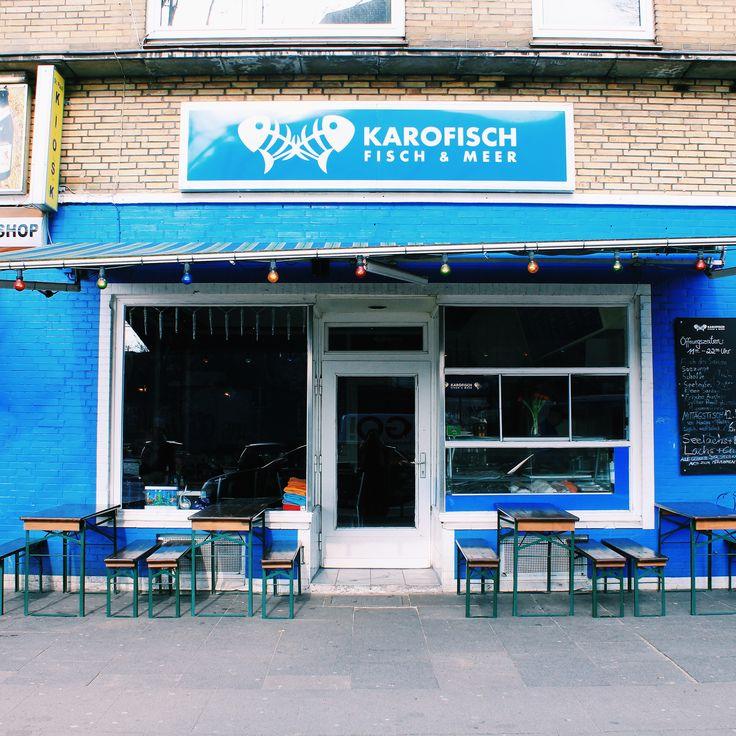 """Ein azurblaues Logo an der Fassade, eine Handvoll Bierbänke davor, kombiniert mit einer ausladenden Frischfischtheke. Der erste Eindruck von """"Karofisch"""" in der Feldstrasse ist eher..."""