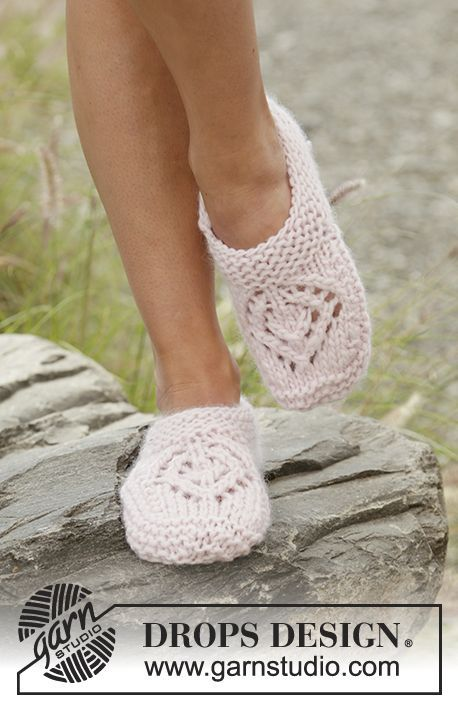 Knitted slippers with lace pattern and garter stitch in DROPS Andes. Free pattern by DROPS Design.
