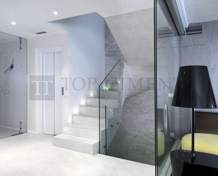 Escalera de diseño revestida con microcemento con iluminación y perfilería de aluminio