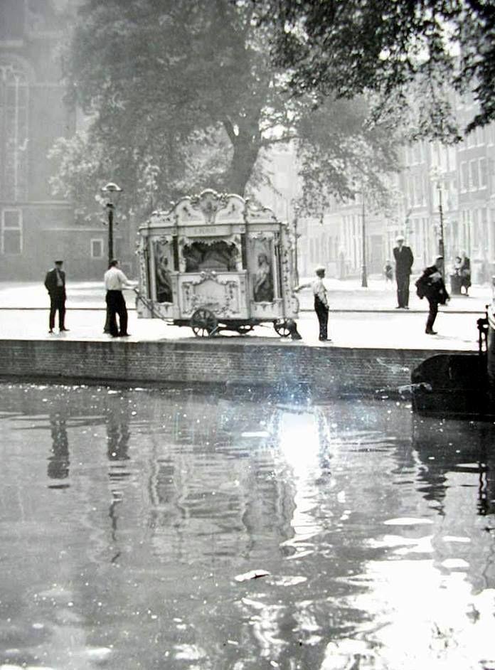 Amsterdam, draaiorgel bij de Noordermarkt.
