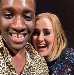 """Adele segue com a sua turnê pela América do Norte. Durante um show, na noite de ontem (21), em Vancouver, no Canadá, a cantora sem querer acabou dando um selinho em um fã.   Como de costume nas suas performances, a britânica chamou um fã ao palco, mas quando foi dar um abraço no rapaz, ele acabou recebendo um selinho da estrela pop sem querer. Adele ficou sem graça enquanto o fã comemorou por ter ganhado um beijo.   Posteriormente, a artista brincou com a situação. """"Graças a Deus meu marido"""
