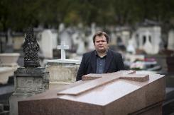 """Entre rires et larmes, un croque-mort raconte ses """"perles d'enterrements"""" - Guillaume Bailly au cimetière Montparnasse à Paris"""