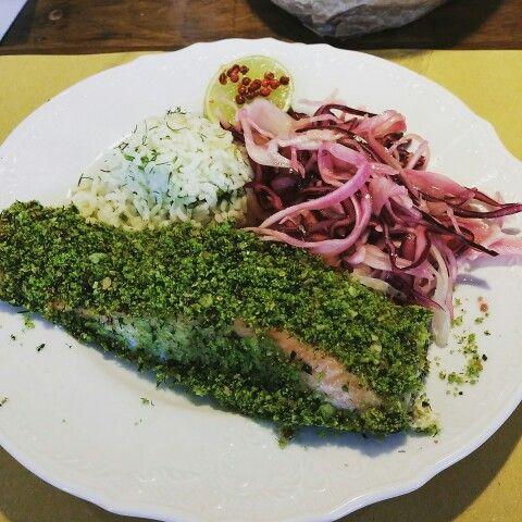 Trancio di salmone in crosta d'erbe, con riso basmati al lime e finocchietto, e insalata di cavolo cappuccio rosso e bianco. #cosebuone #UpCycle