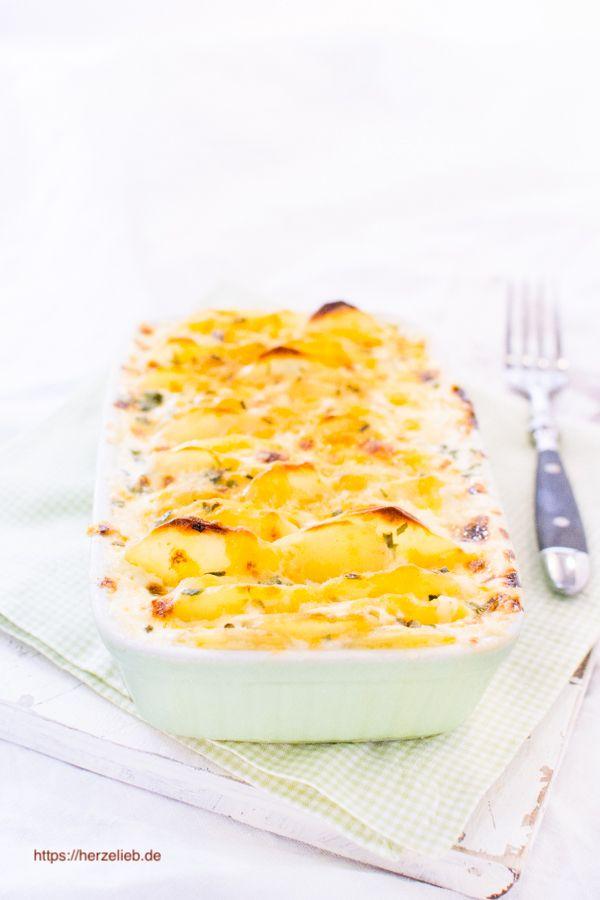 Mein bestes Rezept für Kartoffelauflauf! Herrlich sahnig und würzig mit Sahne, Muskat und Käse. So wird eine Beilage zu einer leckeren Hauptspeise. Obendrauf gibt es noch viele Tipps, das Rezept abzuwandeln.
