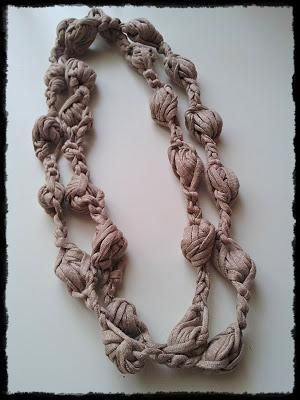 Statement Necklace: Collana con puff stitch beige