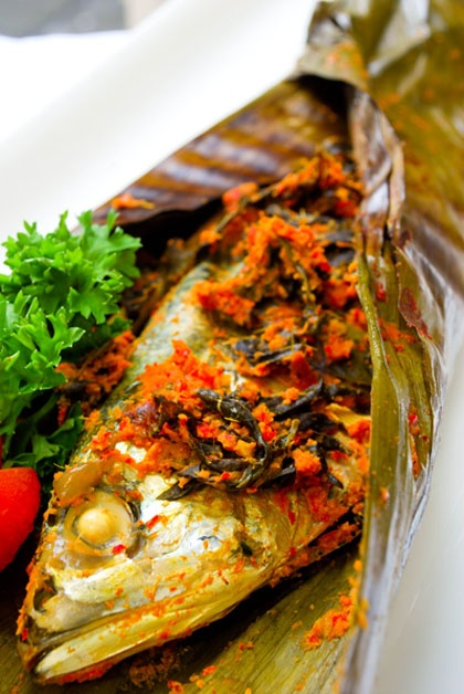 More grilled fish in banana leaves