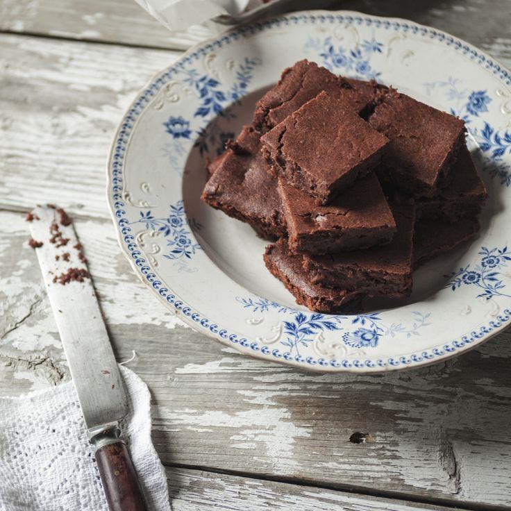 Étant une amoureuse des sucreries, mais tout de même soucieuse de ma santé, j'adore cette recette de brownies qui goûtent comme les vrais, sans contenir de beurre, de farine ou de produits laitiers.