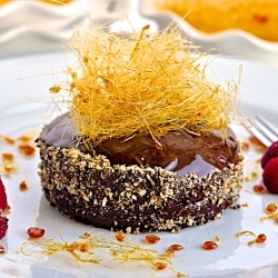 Mini glazed chocolate cakes by oliveoilandlemons: Glaze Minis, Chocolates Cake, Minis Glaze, Minis Dog Qu, Glaze Chocolates, Minis Chocolates, Cake Filling, Chocolate Cakes, Fresh Raspberries