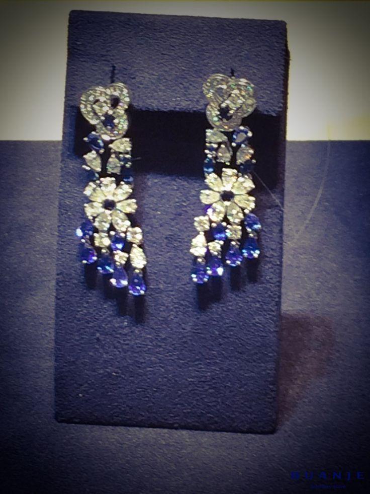 И еще один шедевр от BUANJE: великолепные серьги-подвески: воздушные и прозрачные бриллианты и нежно-голубые сапфиры каплевидной формы сплелись в причудливый цветок, обрамленный мерцающими всеми цветами радуги бриллиантовыми лепестками. . Королевская роскошь и великолепие – настоящее произведение искусства от BUANJE, созданное для прекрасных и любимых женщин. . Для заказа пишите в Whatsapp +7 926 362 1555. . . . . . .  #BUANJE #БУАНЖ #ANNABURKOVA#любовь…