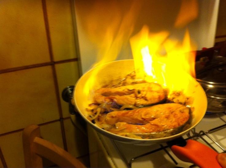 Salmone con vodka. Poni l'accendino, scintilla e il gioco è fatto. Roba da piromani o da bravi chef quale è Alberto Amoretti. Non fatelo a casa.