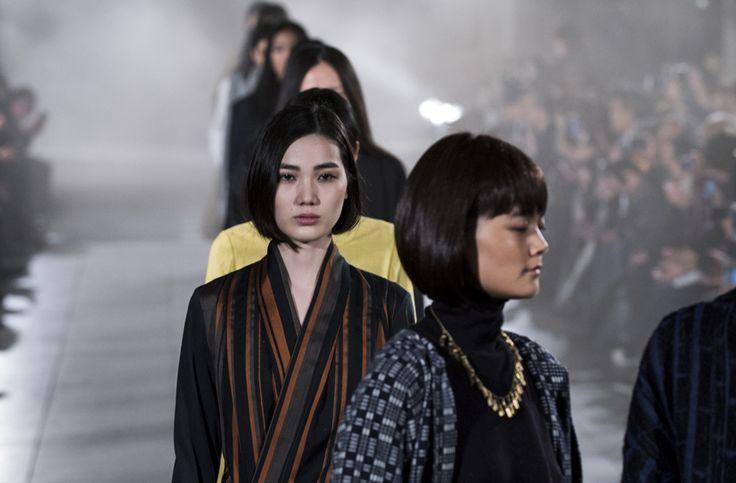 【「matohu」2017 A/W TOKYO COLLECTION 「いき」の美学に挑んだ、まとふ】  多くのデザイナーが、ショーをメイン会場である渋谷ヒカリエのホールで行なうなか、matohu(デザイナーは、堀畑裕之と関口真希子)が選んだのは、東京・芝にある増上寺。今回のテーマは、「いき」。難しいテーマに挑戦した、と思う。  つづきはこちら☞ http://soen.tokyo/fashion/collection/matohu2017aw.html