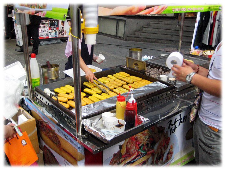 Comida de rua típica coreana. Japchae hodduck (japchae está dentro de hodduck). Japchae é um prato misto de feijão cozido, legumes fritos, e carne desfiada. Hodduck é panqueca chinesa.  Texto e fotografia: http://lovely-seoul.jimdo.com
