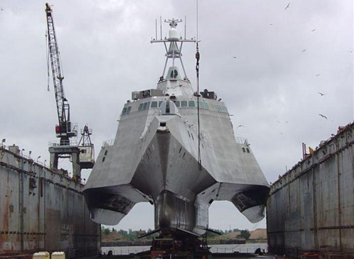 Новый боевой корабль невидимка американской армии - USS Independence LCS-2 (15 фото)