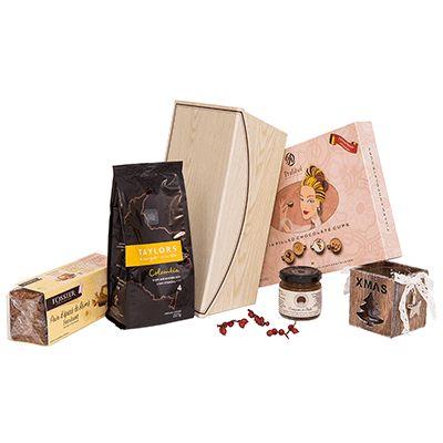 Cadou pentru Craciun A26. #Cadou pentru #Craciun include #cafea Arabica Columbia Taylors of Harrogate Anglia, cupe din #ciocolata belgiană premium Lady Cups Pralibel, turtă dulce Fossier, dulceață de smochine Prunotto Italia, suport din sticlă și lemn pentru #lumanare. Produsele de calitate vin ambalate intr-o cutie tip #cufar cu design lemn, decorata cu fundiță asortată. . Cadoul elegant este potrivit ca semn de apreciere pentru angajati si parteneri de afaceri cu ocazia sarbatorilor de…
