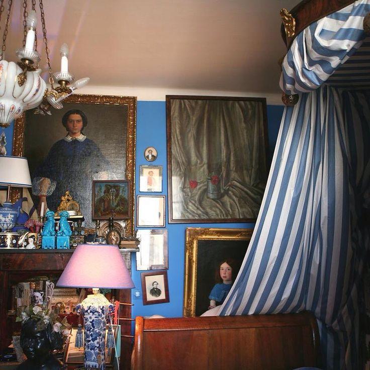 Спальня, как и вся парижская квартира, обставлена в стиле романтизм. И переносит в атмосферу тургеневской эпохи. Тут немного русских вещей, но благодаря интенсивному цвету стен, модному в XIX веке, симметрии в развеске и мебели красного дерева создается впечатление, что вы в России