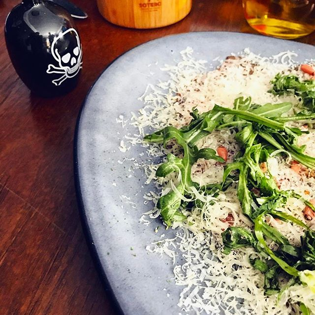 Carpaccio de res en el delicioso restaurant @soterorestmx en #Pachuca. Platillo preparado por el genial Chef @aquileschavez en platón oval #anforadenali gris.  El restaurant del Chef Aquiles es visita obligatoria al estar frente a una de las mejores cocinas contemporáneas en México. Más allá de eso, sus creaciones son una verdadera #deliciaaaa !!!