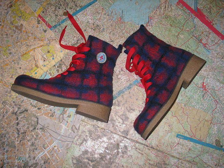 Яркие войлочные ботинки в клетку на грубой полиуретановой подошве не дадут вам замёрзнуть в морозные зимние дни и холодной осенней порой.