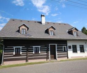 ARCHIV - chalupa LUŽICKÉ HORY.  Exkluzivně jsme prodávali stylový poloroubený dům v obci Rynoltice užívaný jako rekreační chalupa o dvou bytových jednotkách (3+1 a 5+1).