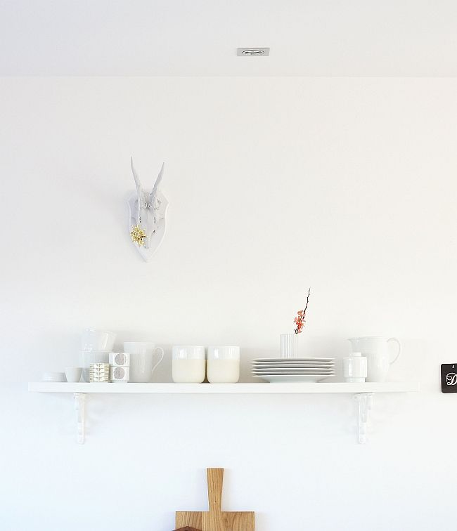 Mit dem Einzug der neuen Anrichte wurde kräftig Geschirr umgeräumt. Das Lieblingsporzellan, das ständig in Gebrauch ist, hat sich auf dem Küchenregal versammelt. Und auch das Krickerl ist vom Essbe…