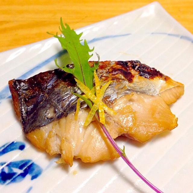 白味噌、酒、味醂、砂糖、柚の輪切りを入れたタレにサワラの切身を2晩漬け込んで焼く。 - 8件のもぐもぐ - サワラの味噌幽庵焼き by fukigobou
