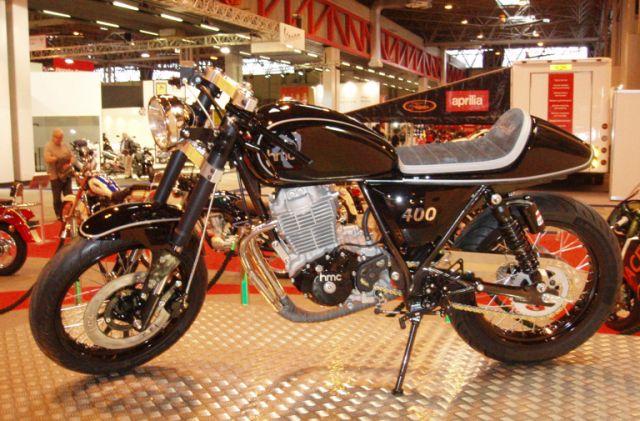 NEC motorcycle show - HMC Classic, in arrivo una nuova retrò L'importatore inglese ZingBike ha presentato NEC Motorcyce show di Birmingham una nuova moto retrò a marchio HMC. Arriverà nel 2015, avrà un motore monocilindrico 400/500 da 35 CV, forse prodotto in Cina, montato su telaio in tubi d'acciaio realizzato In Inghilterra e con sospensioni taiwanesi - See more at: http://www.insella.it/news/nec-motorcycle-show-hmc-classic-arrivo-una-nuova-retro#sthash.fmu6n2wQ.dpuf