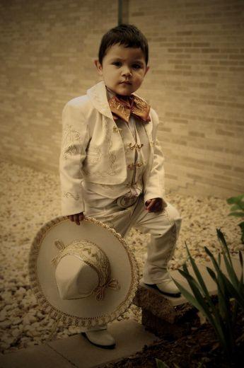 Niño vestido de charro