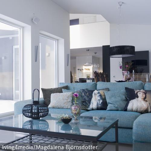 Ein Grosses Blaues Sofa Schmckt Das Wohnzimmer Im Asia Look Dekoriert Wurde Mit Verschiedenen