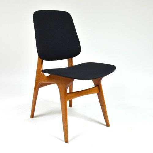 Čalouněná dřevěná židle alá Gio Ponti Zrepasovaná čalouněná jídelnížidle alá tvorba architekta Gio Ponti. Nové čalounění v černé barvě, látka opatřena nešpinivou úpravou. Nizozemí, 70. léta. Skladem 4 kusy. Rozměry: výška sedáku: 46 cm výška: 84,5 cm šířka: 47 cm hloubka: 52 cm