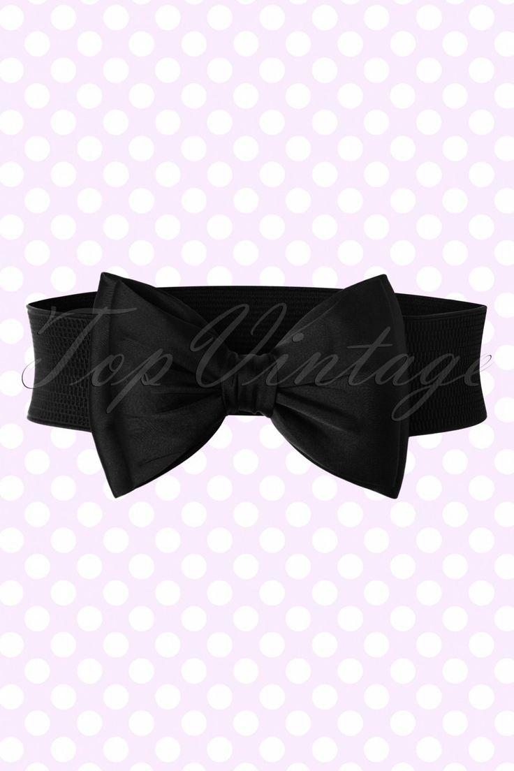 De 50s Bella Bow Beltis een schattige riem en een aanvulling op elke outfit!  Deze prachtige brede stretchriem hoort in de taille gedragen te worden voor een mooi gedefinieerd silhouet, oh la la! Uitgevoerd in zwart elastiek met een opvallende volle satijnachtige strik die mooi in vorm blijft. Geweldig in combinatie met onze jurken en rokken!   Vaste strik Sluit d.m.v. 2 drukknoopjes