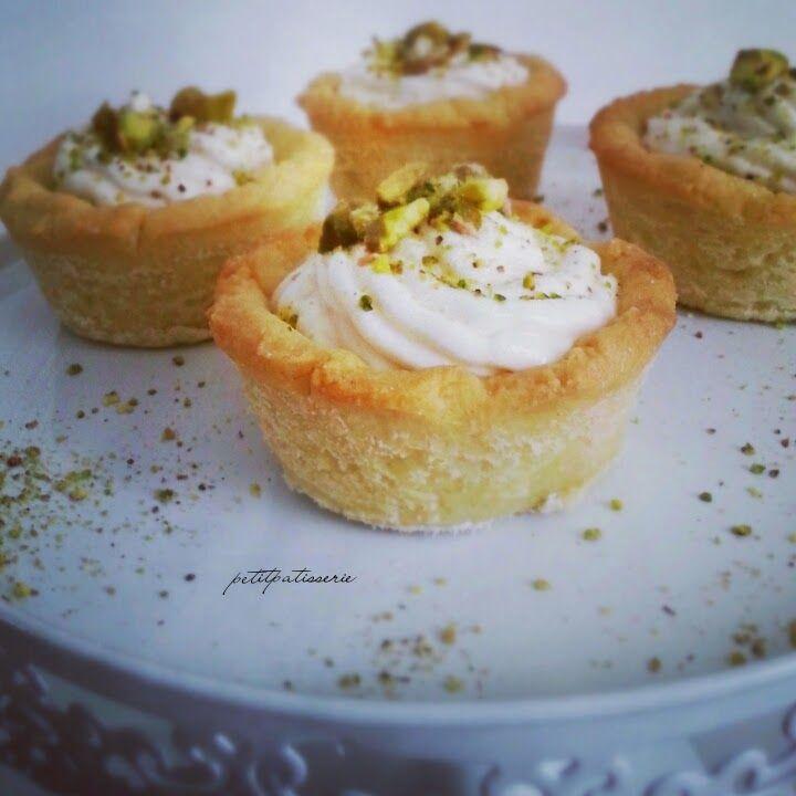 Tartellette di frolla all'olio d'oliva con crema alla ricotta e pistacchi di Bronte