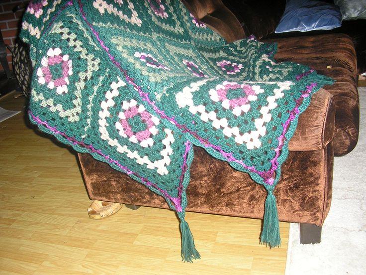 Teppe, oldemorsruter,gjennbruk av garn fra jakke og skjerf